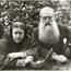 Е. П. Блаватская и Г. С. Олкотт. В руках - корзинка для табака. Лондон, октябрь 1888 г.