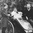 Е. П. Блаватская в ее кресле каталке рядом с издателем Джеймсом Прайсом и своим секретарём Г. Р. С. Мидом. Архив ТО в Пасадене.