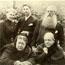Вера и Чарьз Джонстон с Генри Олкоттом стоят за спиной Е. П. Блаватской и ее сестры, Веры Желиховской. Лондон, 1888 г.