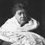 """Вероятно, последняя прижизненная фотография Е. П. Блаватской. 1890-1891. На ней ее белая шаль, и она дердит в руке номер журнала У. К. Джаджа """"Путь"""". Фото Эллиот-и-Фри, 55 Бейкер Стрит, Лондон."""