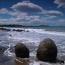 Каменные сферы Моераки Болдерс (Новая Зеландия). По всему побережью разбросаны огромные, диаметром до двух-трех метров, шарообразные валуны почти идеальной формы, весом до 4 тонн каждый. Великолепное