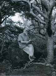Святослав Рерих за эскизом в своем имении. Фото 1963
