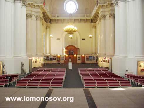 Зал Смольного собора. Все ждет открытия выставки