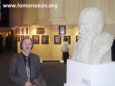 Виктор Владимирович Зайко рядом со своей скульптурой - бюстом Н. К. Рериха