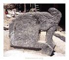 Каменные стелы у храма Ману. Фото автора, 1998