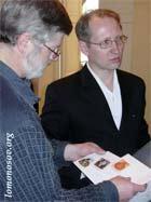 Петр Крылов рассматривает конверты, выпущенные Фондом Рерихов и Центром АДАМАНТ к 175-летию Е. П. Блаватской