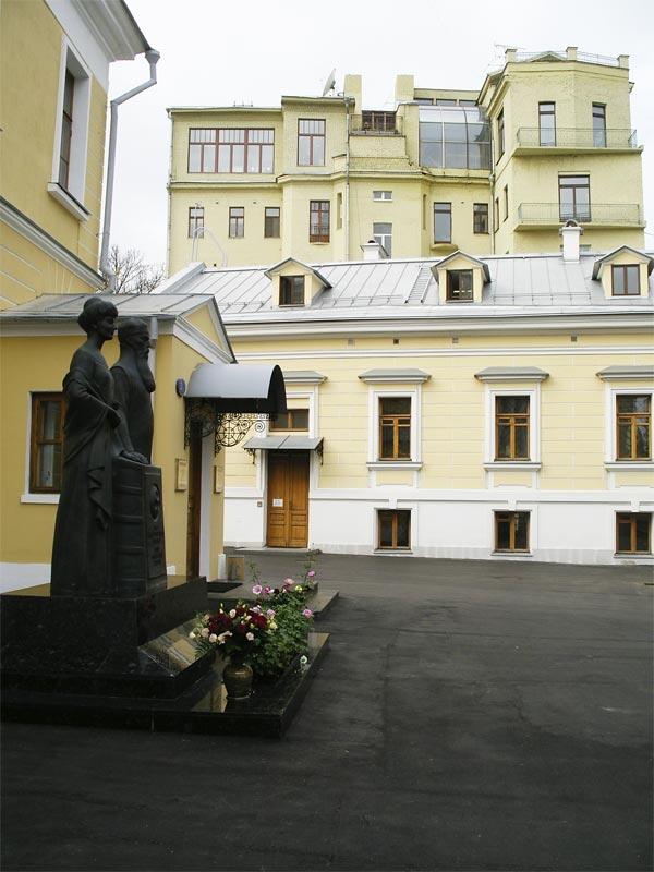Двор Музея Н. Рериха. Памятники