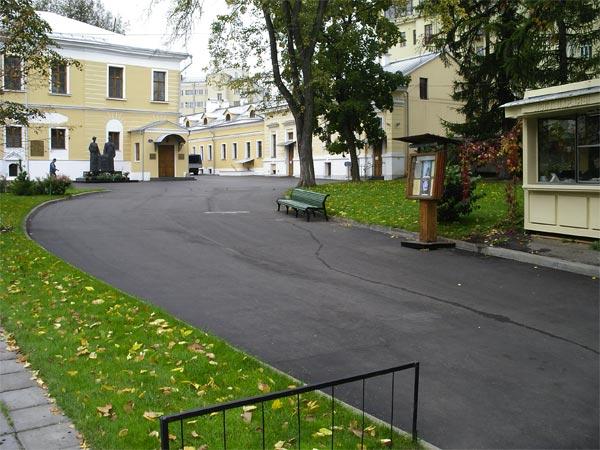 Двор Музея Н. Рериха