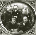 Вера и Чарьз Джонстон с Генри Олкоттом стоят за спиной Е. П. Блаватской и ее сестры, Веры Желиховской. Лондон, 1888