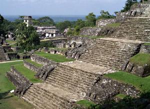 Комплекс пирамид майя в Паленке (Мексика). Справа – пирамида Храма надписей, в которой найдена самая древняя надпись с вычислениями промежутков времени