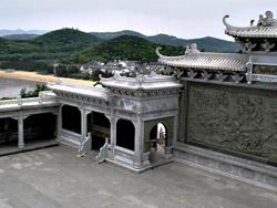 Площадь, где установлена статуя Гуанинь, - самое высокое и, пожалуй, самое притягательное место на острове.