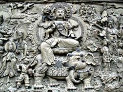 Вы будете потрясены тончайшей каменной резьбой, покрывающей стену, расположенную по периметру площади: она обращается к различным буддийским сюжетам.
