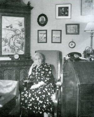 К.Е. Антарова в комнате на Никитском бульваре, где писалась книга