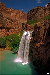 Находки в пещерах свидетельствуют о том, что первые обитатели появились в Гранд-Каньоне примерно в 2000 г. до н.э.  Менее 10 миллионов лет назад река Колорадо петляла по обширной равнине. Потом движения земной коры заставили этот участок подняться и река начала врезаться в породу.