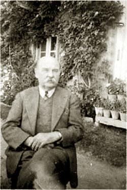 Фотография доктора А. Ф. Яловенко (1884-1956), личного врача Рерихов, в Наггаре у поместья Холл