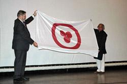 А.В.Постников вручает Знамя Мира А.Ваджпаи