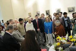 Главный министр Дели г-жа Шейла Дикшит открывает выставку, посвященную Пакту Рериха