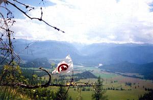 Знамя Мира из Харбина в интерьере Катунского хребта (1999 год). Фото А. Н. Анненко.