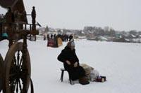 Пожилая женщина продает сувениры у стен музея. У монастыря она бы лишь побиралась...Фото А.Морозова.