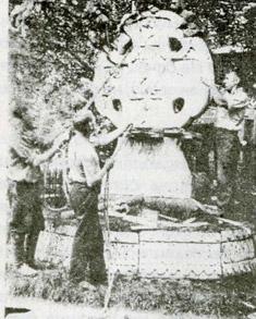 Начало разборки памятника 22 июля 1936 года.