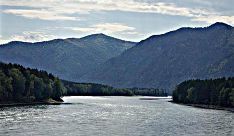 Вид с места установки памятника на горы и реку Катунь - там проходила Центрально-Азиатская экспедиция Н.К.Рериха.