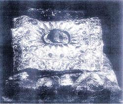 Камень Чинтамани на ткани. Он был послан Рерихам Учителями по почте, и получен ими 6 октября 1923 года, в Париже.