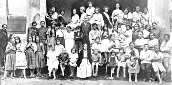 Л.М. Арманд с воспитанниками теософской школы-комунны