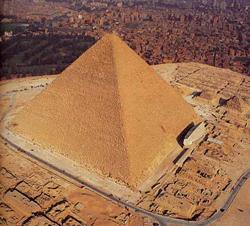 . Пирамида Хеопса была построена между 10490 и 10390 годами до н. э.  Строительство продолжалось сто лет.