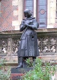 Орлеан - площадь Мартруа. В центре - памятник Жанне д' Арк.