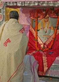 Перед алтарем святой Анандамайи Ма