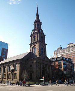 Бостон. Церковь унитариев-универсалистов на Арлингтонской улице. Приход образовался в 1729 г., унитарианским он стал значительно позже. Один из основоположников американского унитаризма У. Чаннинг служил в этом приходе с 1803 по 1842 г. Существующее здание построено в 1861 г. По свидетельству Э. М. Слонимского, много лет проживавшего в Бостоне, оформлению идеи храма объединенных религий способствовало, в том числе, знакомство с Арлингтонской унитарианской церковью.