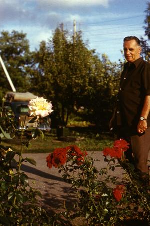 Павел Фёдорович  в своем садике в Козе-Ууэмыйза