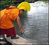 Тибетские монахи в Горно-Алтайске: сбрасывают песок в реку Майму