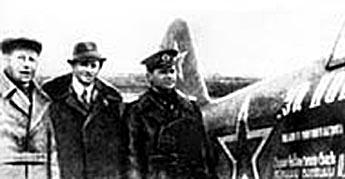 Вольф Мессинг (в центре) и летчик К.Ф. Ковалев у самолета, который профессор-телепат подарил фронту, 1 января 1944 года.