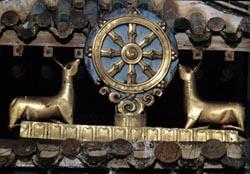 Одна из восьми благих эмблем буддизма. Колесо учения на буддийском храме