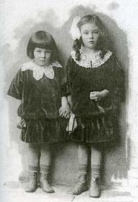 Людмила и Злата Митусовы. Санкт-Петербург. 1914. Фотограф А. Боровицкий.
