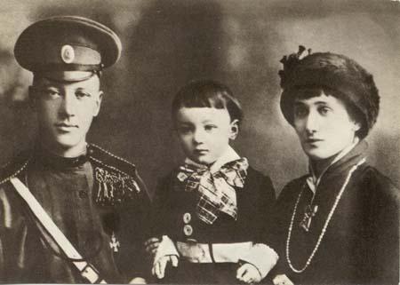 Лев Гумилёв с родителями — Н. С. Гумилёвым и А. А. Ахматовой