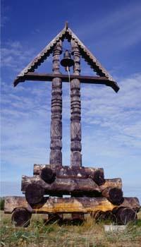 В 1686 году на месте казни Аввакума в Пустозерске мезенскими старообрядцами был поставлен крест, ныне утраченный. В 1989 году был установлен памятный знак с колоколом (фото), а в 1991 году - старообрядцы Поморской общины из Прибалтики воздвигли крест и освятили его. Один из красивейших памятников Пустозерска - памятный знак на предполагаемом месте сожжения протопопа Аввакума на территории городища Пустозерск.  Автор - М. Фещук.