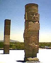 Атлант, стоящий на вершине пирамиды Тлауискальпантекутли (Утренней Звезды). Мексика. Тула