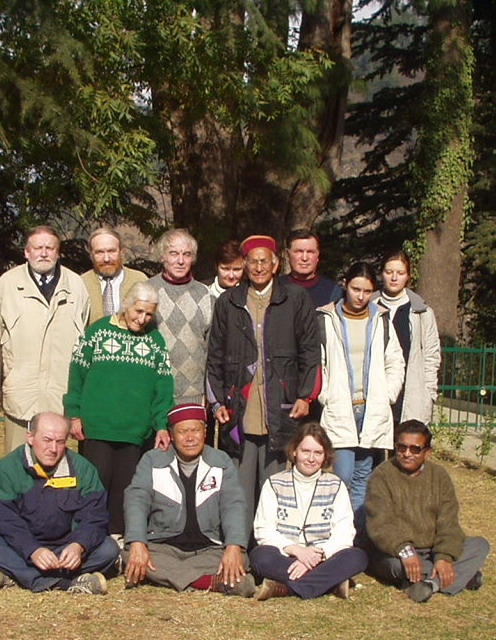 Евгений Палладиевич (второй слева в верхнем ряду) с участниками конференции в Имении Рерихов в Наггаре, Куллу. Индия, декабрь 2002