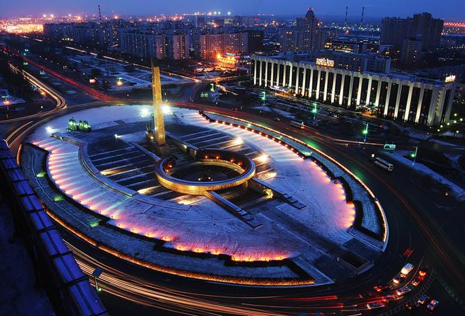 Площадь Победы.  Площадь спроектирована и построена  как южные ворота Санкт-Петербурга и торжественно открыта  в 1975 году.