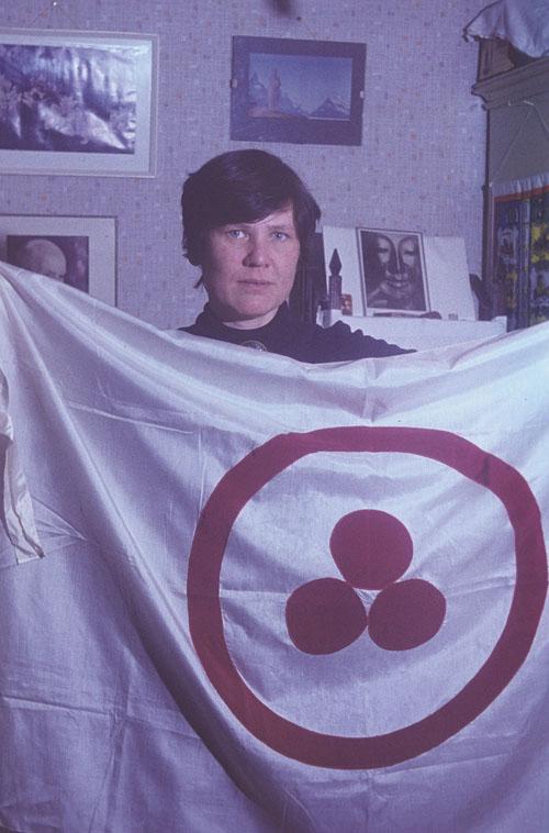 Л.А. Андросова  со Знаменем Мира, которое приняла как водитель на вершину Урусвати (1979 год).