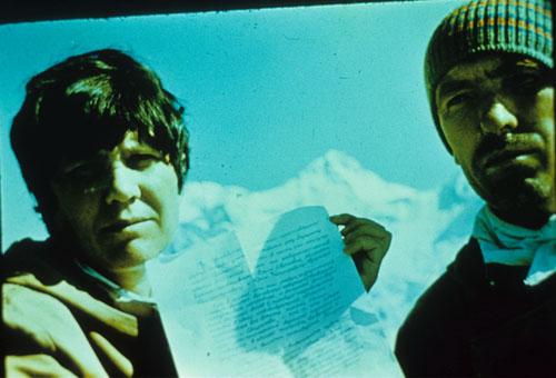 Людмила Андросова и Евгений Маточкин на вершине Святослава Рериха. В руках у меня записка, оставленная на вершине.  (1983 год)
