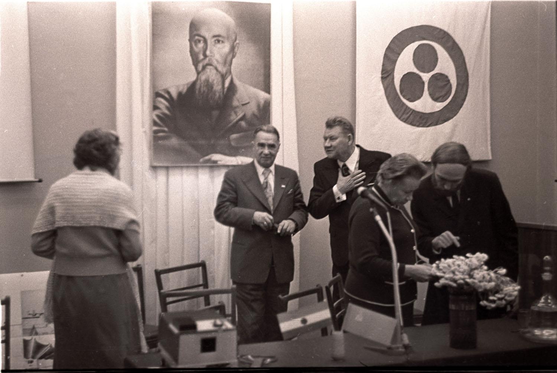 В перерыве конференции. Слева направо: Н. Д. Спирина, П. Ф. Беликов, Л. В. Шапошникова, Е. П. Маточкин.