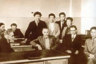 Ю.Н. Рерих с аспирантами в Институте Востоковедения АН СССР.Конец 50-х годов.
