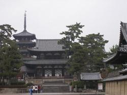 Хорюдзи - древнейший храм в Японии и, как сейчас счтается, старейшая деревянная постройка в мире.