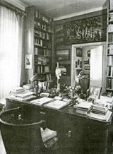 Рабочий стол Ю.Н.Николаевича в его квартире на Ленинском проспекте в Москве. У стола кресло Н.К.Рериха. Снимок сделан вскоре после 21 мая 1960 г.