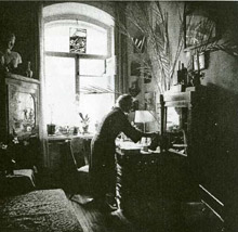 Л.С.Митусова в своей комнате на 4-ой Совесткой улице. Начало 1990-х.