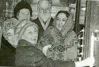Л.С. и Т.С.Митусовы, В.П.Князева(над ними), С.Н.Ррих и Д.Р.Рерих. Ленинград, Московский вокзал, 1975.