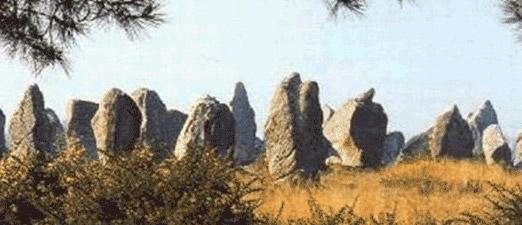 Однако такое же название носит и французская деревня в Бретани, где находится большое скопление мегалитов, известных под названием Карнакские камни.